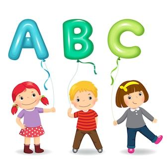 Bambini del fumetto che tengono palloncini a forma di lettera