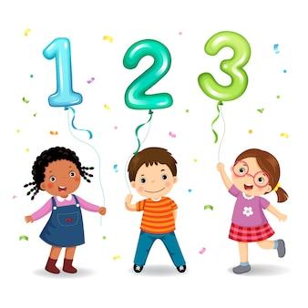 Bambini del fumetto che tengono palloncini a forma di numero