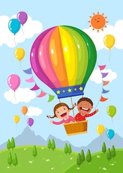 Bambini del fumetto in sella a una mongolfiera sul campo