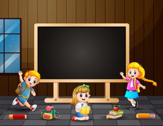Bambini del fumetto che studiano nella stanza