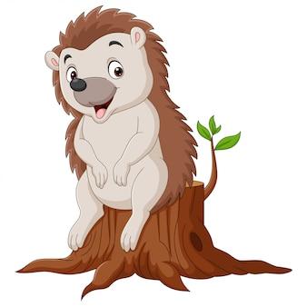 Piccolo riccio del fumetto che si siede sul ceppo di albero