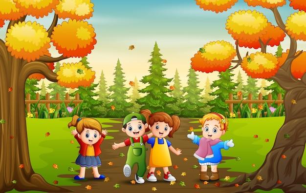 Cartone animato di molti bambini che giocano nella sosta di autunno