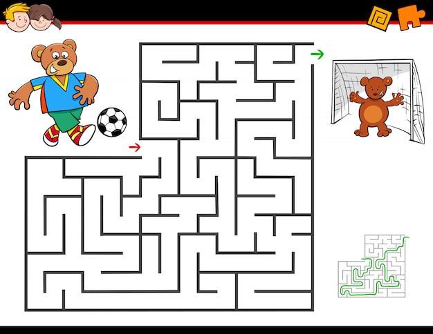 Attività labirinto dei cartoni animati con l'orso che gioca a calcio