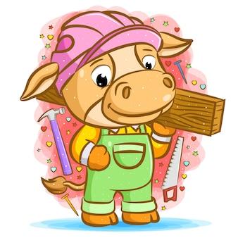 Il fumetto della mucca arancione del carpentiere che tiene il legno intorno all'utensile