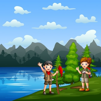 Cartoon scout bambino sulla riva del fiume