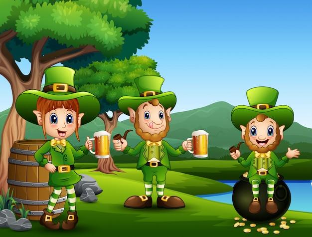 Leprechauns del giorno di san patrizio del fumetto con la birra della tazza
