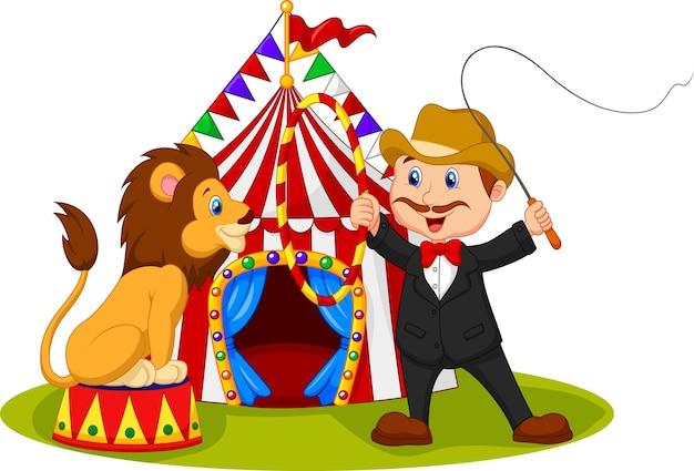 Addestratore più addomesticato del treno un leone con il fondo del circo