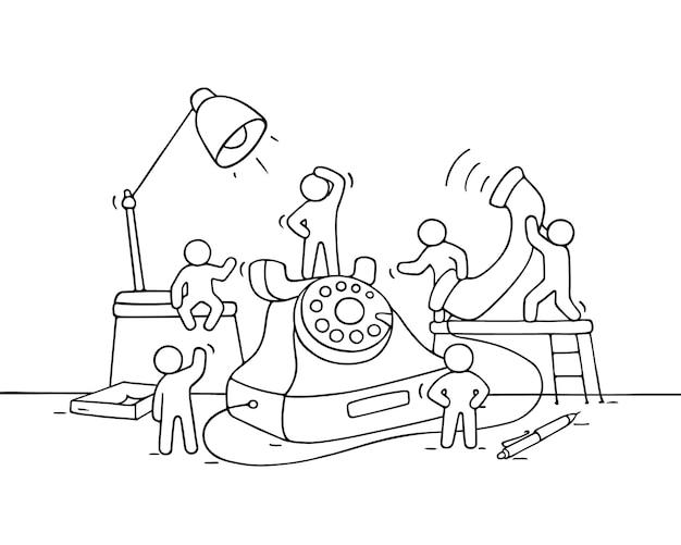 Cartoon lavorando piccole persone con grande telefono. doodle carino scena in miniatura di lavoratori effettua una chiamata. illustrazione disegnata a mano del fumetto per la progettazione di affari.