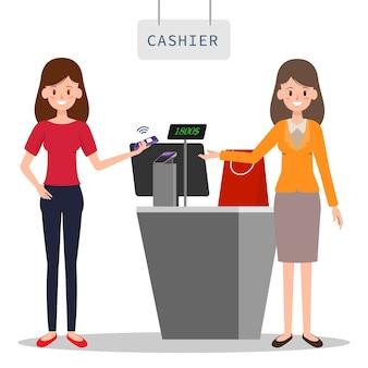 Cassiere che accetta pagamento per lo shopping donna.