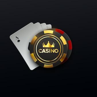 Casino canta quattro carte da gioco e gettoni da gioco con corona d'oro
