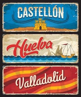 Insegne in latta delle province spagnole di castellon, huelva e valladolid. piatti squallidi delle regioni della spagna con i colori della bandiera, barca a vela che naviga in mare e simbolo del castello dello stemma. viaggio europeo, cartolina di vacanza