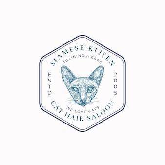Distintivo del telaio del salone di cura del gatto o modello di logo disegnato a mano razza siamese schizzo del viso con retro typogra...