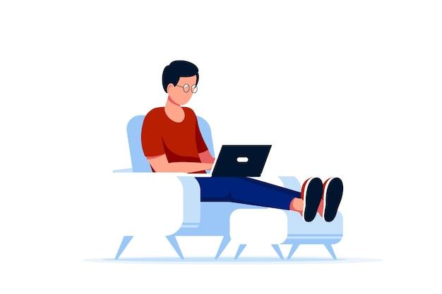 Uomo caucasico seduto in poltrona e lavorando al computer. lavoro a distanza, home office, concetto di autoisolamento. stile piatto.