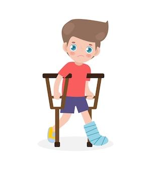 Bambino triste caucasico ferito con una gamba rotta in gesso isolato