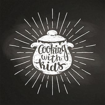 Chalk silhoutte di padella bollente con raggi di sole e scritte - cucinare con i bambini - sulla lavagna. buono per cucinare loghi, bades, design di menu o poster.