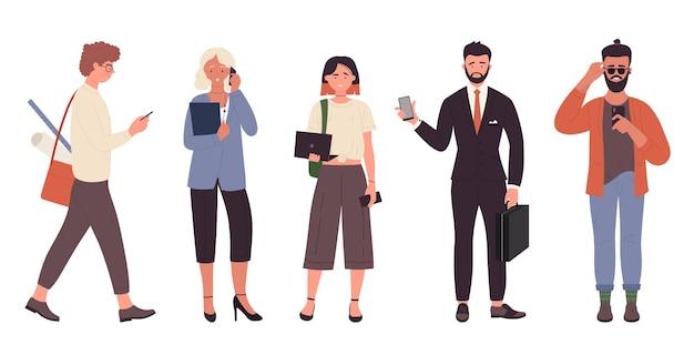 Personaggi di diverse professioni tenendo il cellulare