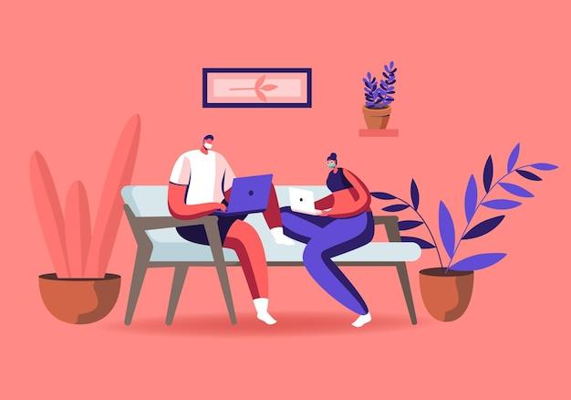 Personaggi in maschere mediche che si siedono sul divano che lavorano a distanza sul laptop da casa.