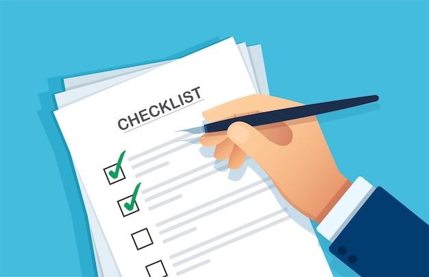 Appunti della lista di controllo mano che scrive qualcosa con una penna su una carta per appunti della lista di controllo