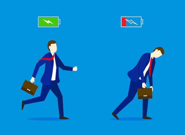 Uomo d'affari allegro che funziona con l'icona della batteria piena di energia e l'uomo d'affari stanco che cammina lentamente con l'icona della batteria a bassa energia. concetto di affari.