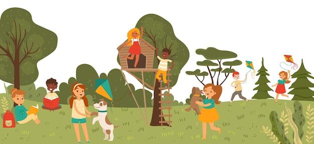 Carattere allegro del bambino del gruppo che gioca insieme nel parco all'aperto, illustrazione piana del parco giochi per bambini della casa sull'albero.