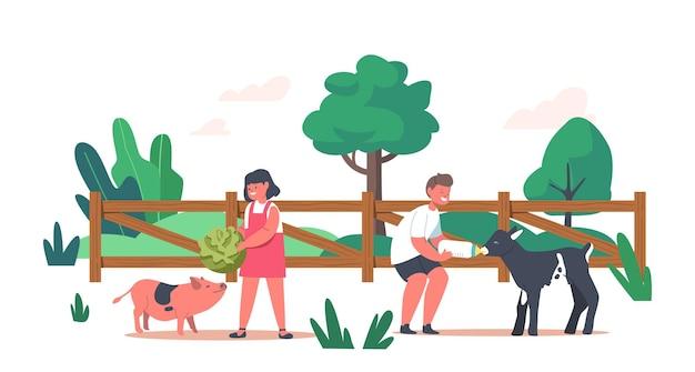 Bambini allegri che alimentano simpatici maialini e capretti in una gabbia di legno presso una fattoria all'aperto o uno zoo di contatto. divertimento con i personaggi dei bambini