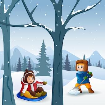 Allegri bambini che giocano nella neve