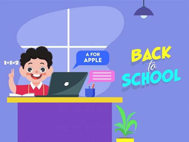 Studente allegro boy online reading dal computer portatile con il supporto della penna e del libro allo scrittorio nella casa per ritorno a scuola.