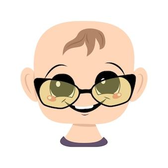 Bambino con grandi occhi, occhiali e ampio sorriso felice. testa di bambino carino con espressione gioiosa