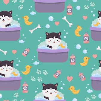 Infantile seamless di simpatico cartone animato siberian husky. il cane sta lavando in bagno con il giocattolo di anatra gialla.