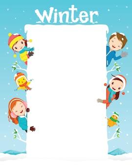 Bambini e animali sul telaio, neve che cade, stagione invernale