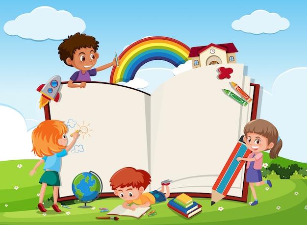 Bambini e modello di libro vuoto