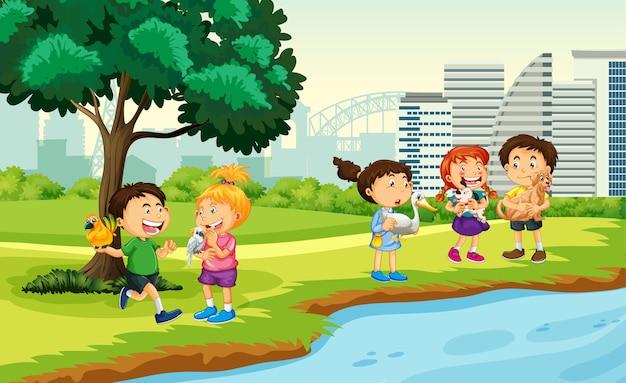 I bambini portano i loro animali domestici sulla scena del parco