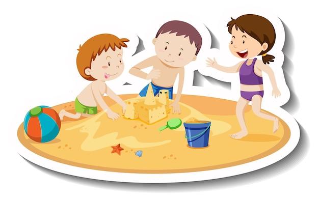 Bambini che costruiscono un castello di sabbia in spiaggia