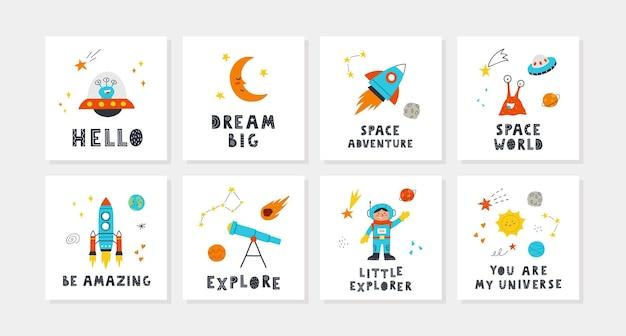Set di carte per bambini con spazio carino e scritte. razzo, pianeti, stelle, bambino, telescopio, sole, alieni. perfetto per i poster della scuola materna. illustrazioni disegnate a mano di vettore.
