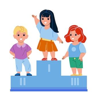I bambini celebrano la vittoria in competizione. ragazzo e ragazza bambini in piedi sul piedistallo e celebrando la vittoria nel campionato sportivo.