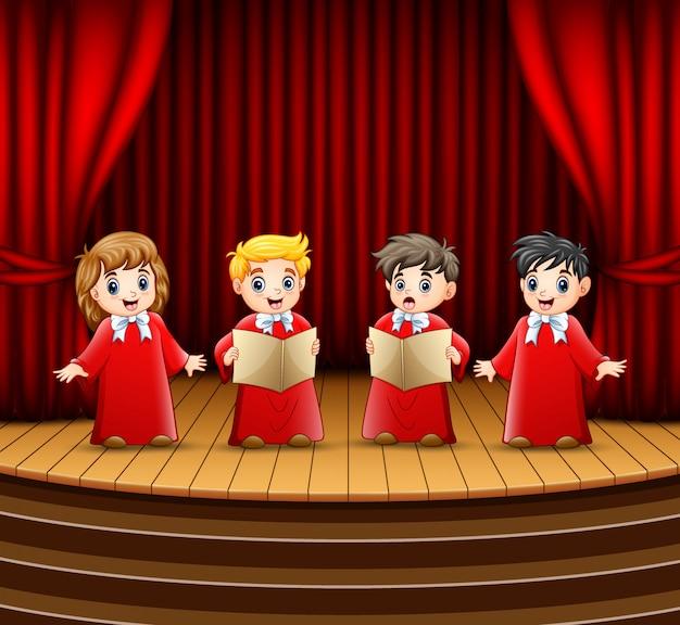 Coro di bambini che si esibiscono sul palco