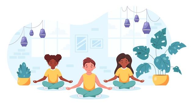 Bambini di diverse nazionalità meditano nella posizione del loto yoga per bambini