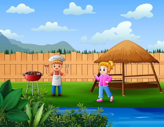 I bambini si divertono con il barbecue in giardino