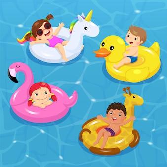 Di bambini che galleggiano sul gonfiabile a forma di unicorno, anatra, fenicottero, giraffa