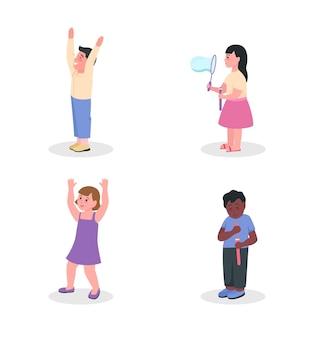 Bambini che si divertono set di caratteri semi piatto. figura di bambino.