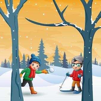 I bambini si divertono al paesaggio forestale invernale