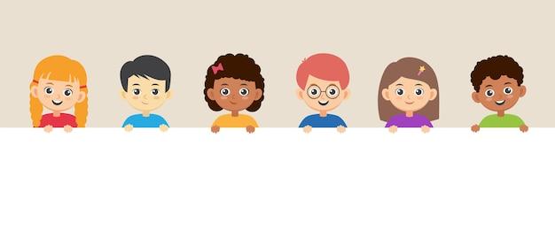 Bambini che tengono un grande striscione. bambini sorridenti felici di diversità con un manifesto in bianco.