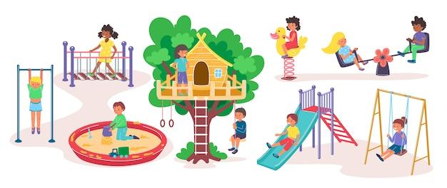 Parco giochi per bambini e bambini nel parco