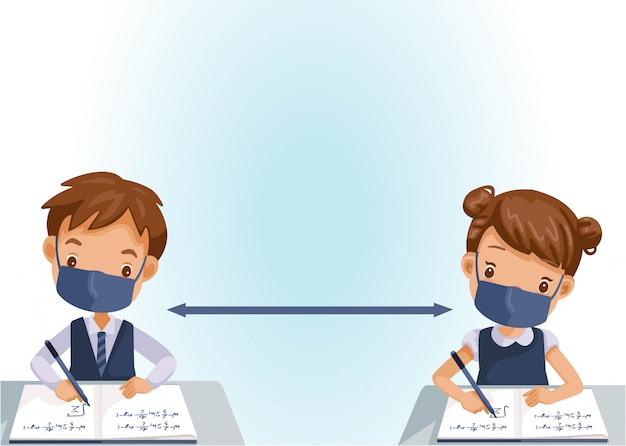 I bambini mascherano la scrittura. ragazze e ragazzi in classe. nuovo concetto di distanziamento normale e sociale.
