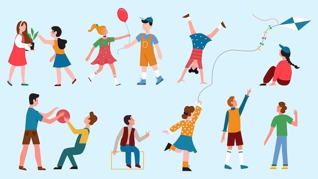 I bambini giocano insieme, i personaggi delle ragazze dei ragazzi dei cartoni animati che giocano insieme diversi giochi divertenti