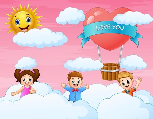 I bambini che giocano sulla nuvola e sullo sfondo rosa