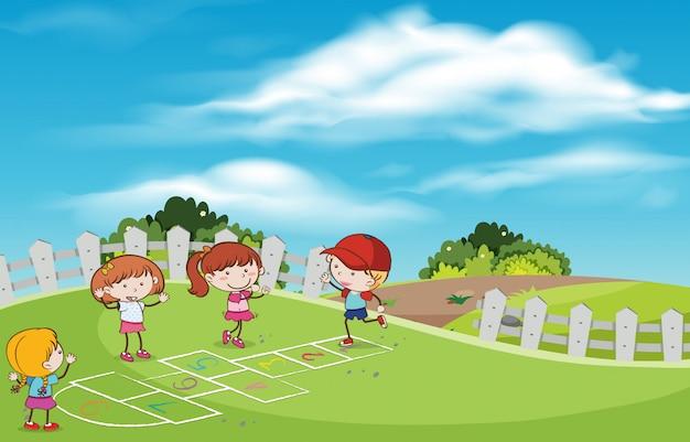 Bambini che giocano a scotch al parco giochi