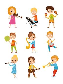 Bambini che suonano strumenti musicali, talentuosi musicisti con personaggi dei cartoni animati illustrazioni su uno sfondo bianco