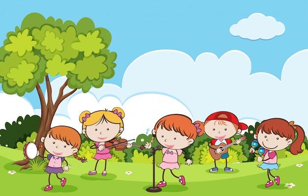 Bambini che giocano strumenti musicali in un parco