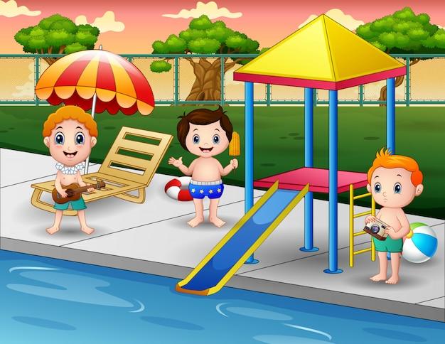 Bambini che giocano nella piscina all'aperto